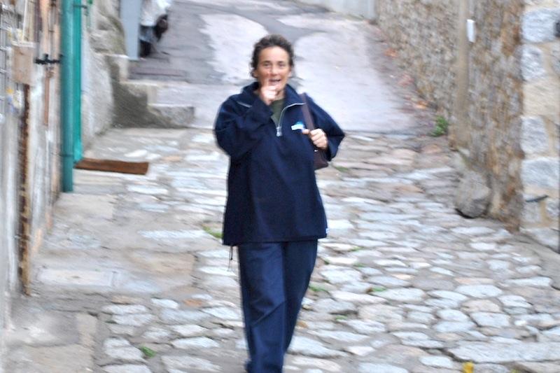 <p>La donzelletta che dalla campagna va verso il mare, ma mi sa' che oggi non è giornata ... ciao Franca …</p>