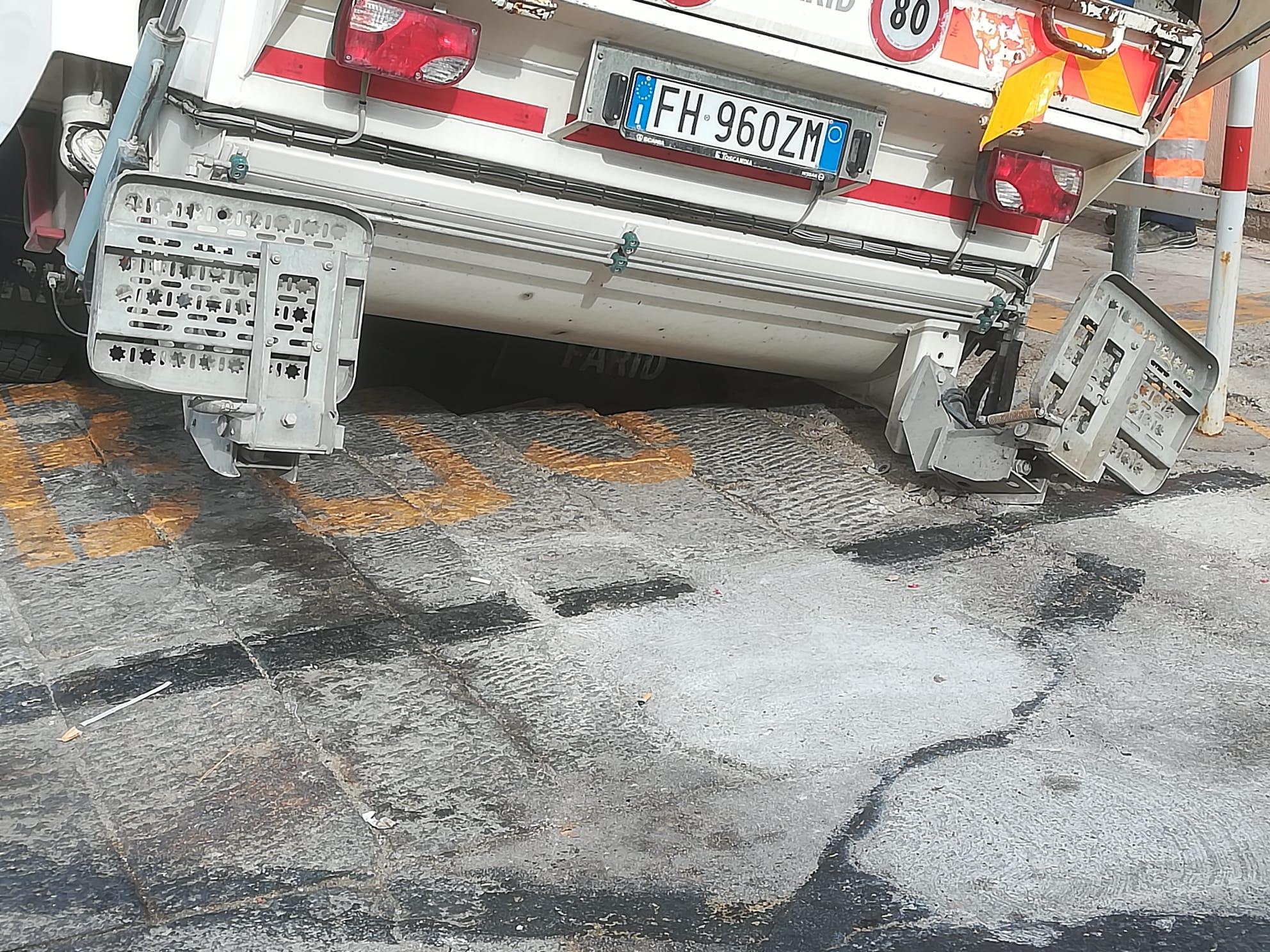 buca camion cedimento asfalto isola del giglio porto giglionews