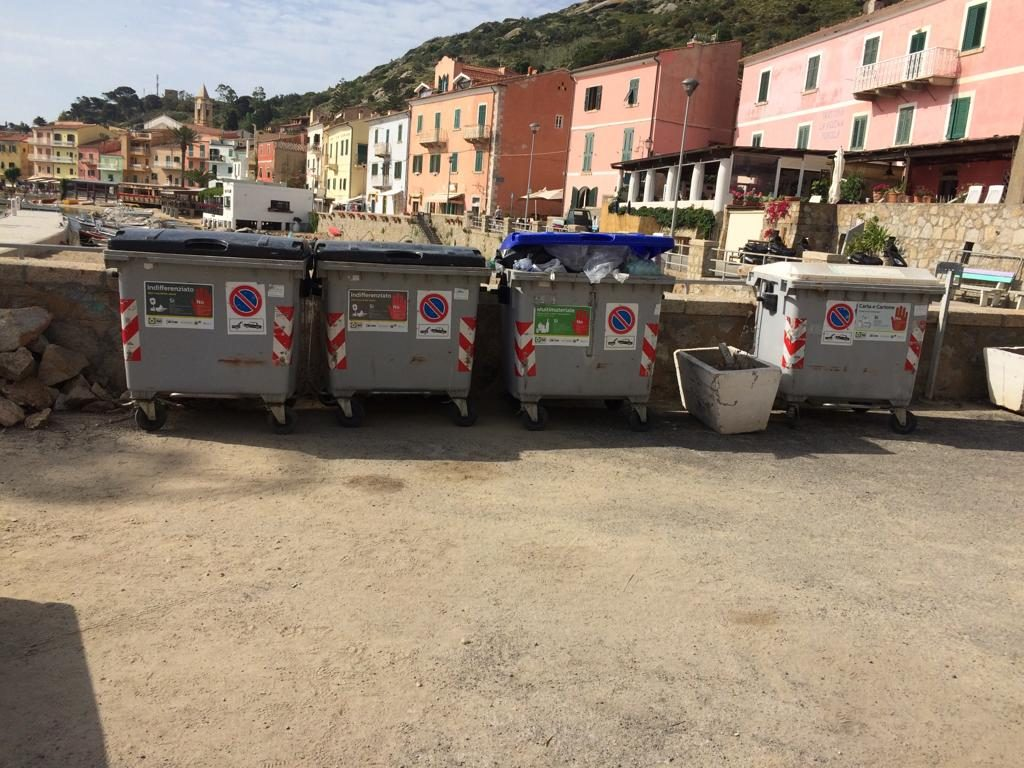 scuse sindaco cassonetti maestra isola del giglio giglionews