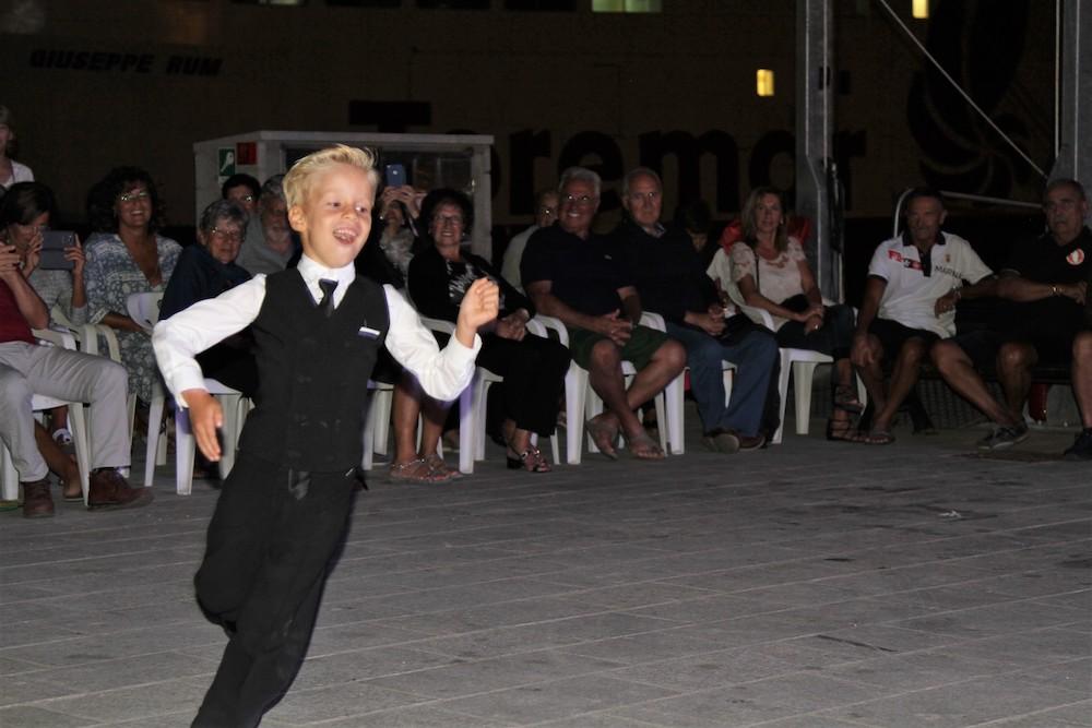esibizione di ballo isola del giglio porto giglionews