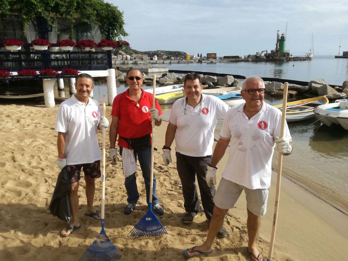volontari circolo nautico pulizia spiagge isola del giglio giglionews